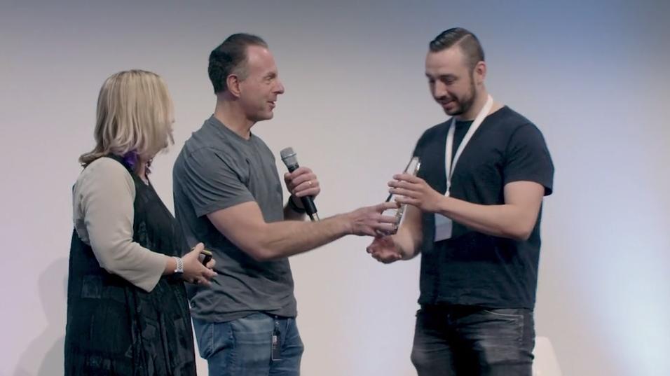 eBay CEO Devin Wenig handing the eBay Nova award to Monotote CTO Chris Schalenborgh